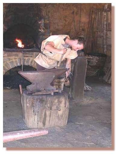 La principale activité du forgeron de Guédelon est la fabrication et la réparation des outils des oeuvriers. C'est un forgeron - taillandier. © Guédelon