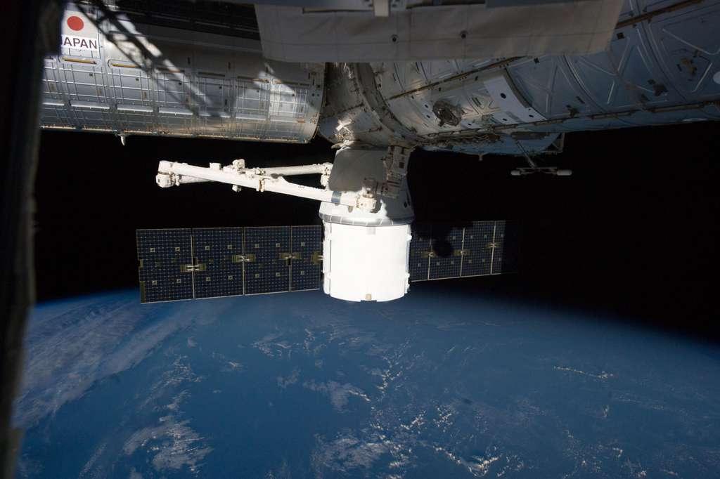 Amarrée depuis le 10 octobre, la capsule Dragon de SpaceX doit retourner sur Terre le 28 octobre. © Nasa
