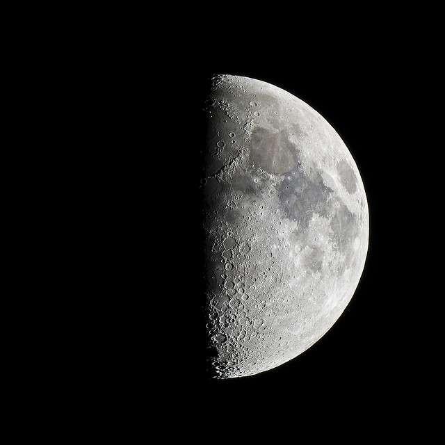 Il existe plusieurs phases lunaires. Lors du premier quartier, la Lune prend alors la forme d'un «p» (comme premier). © Pierre J., Flickr, CC by-nc-sa 2.0