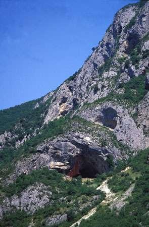 Fig. 3. Les entrées de grottes marquaient vaisemblablement le passage entre le monde des homme et celui des esprits. Ici, porche de la Caverne de Niaux (Ariège). © Cliché J. Clottes. Tous droits réservés