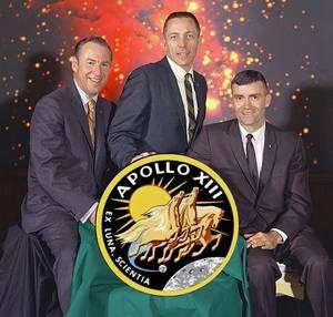 Les astronautes Lovell, Swigert et Haise n'ont même pas eu le temps d'enfiler leurs lourds scaphandres pour la photo officielle : Swigert a été choisi à la dernière minute pour remplacer Mattingly. Crédit Nasa