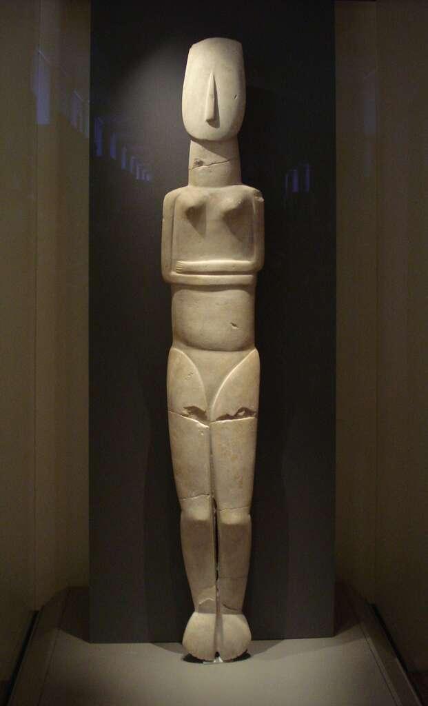 Idole de 1,5 mètre de haut, la plus grande connue du début de la période dite du Cycladique ancien II. © ProfSaxx, cc by nc 3.0