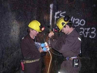 Lisa Pratt s'est fait une spécialité de l'exploration des mines profondes. On la voit ici (à droite) en pleine récolte d'échantillons, à 1,1 kilomètre de profondeur sous l'arctique canadien. Crédit : Lisa Pratt