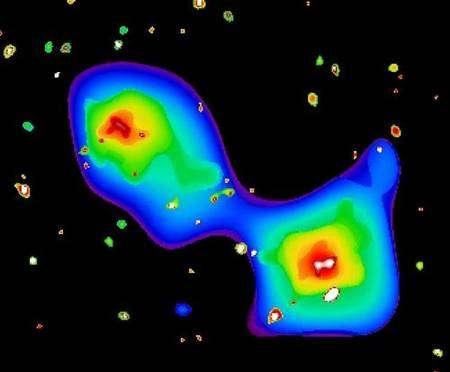 Image MMX Newton de la zone située autour de Abell 3128. Les deux taches lumineuses représentent les gaz chauds, à gauche de l'amas éloigné récemment découvert, à droite d'Abell 3128 proprement dite. Crédits : Esa/ XMM/ EPIC/ SRON (N. Werner et al.) Selon Norbert Werner, doctorant à l'institut pour la Recherche spatiale SRON (Netherlands Institute for Space Research) aux Pays-Bas, un des lobes de l'amas était clairement composé de gaz chauds riches en métaux libérés par des explosions de supernovae au sein des galaxies, tandis que l'autre paraissait contenir une quantité beaucoup plus faible de métaux que tout ce qui avait jamais été observé jusqu'à présent. « Ce que nous observions contredisait complètement les théories en cours sur la façon dont les plus grandes structures de l'Univers apparaissent », déclare-t-il. PublicitéDes amas de galaxie qui jouent à cache-cache ! Les observations effectuées au moyen de XMM-Newton ont enfin permis de résoudre l'énigme. De fines analyses ont déterminé que le nuage de gaz émettant un rayonnement X atypique était situé à 4,6 milliards d'années-lumière, soit près de six fois la distance de Abell 3128. Il s'agit donc d'un second amas de galaxies dont la perspective le fait apparaître dans la même ligne de visée et dont le hasard a voulu que sa plus grande luminosité compense exactement un plus grand éloignement. « Les recherches sur ce grand amas de galaxies porte essentiellement sur la question de la formation de telles structures », annonce Jelle Kaastra, chef de projet. Selon les plus récentes hypothèses, la matière composant l'Univers s'est répandue en une structure filiforme de gaz chauds raréfiés, la 'toile' cosmique. Entre ces fils, on observe de grandes zones de vide dont le volume augmente à mesure que l'Univers poursuit son expansion, tandis que ces filaments maintiennent leur cohésion par la force de gravitation. On peut comparer cette structure à de la mousse de savon où on observe davantage de matière à l'intersectio