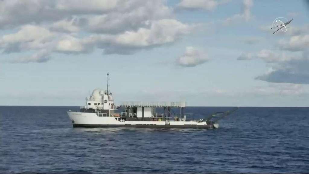 Le navire de SpaceX Go Searcher avant l'amerrissage, attendant de récupérer la capsule. © Nasa