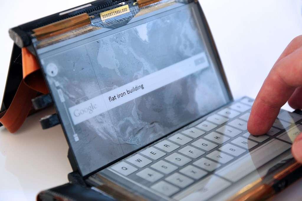 Le concept PaperFold consiste à adapter l'affichage en fonction de la forme et disposition des écrans. Ici, lorsqu'il est plié à la manière d'un ordinateur portable, l'écran horizontal affiche un clavier virtuel. © Human Media Lab, Queen's University
