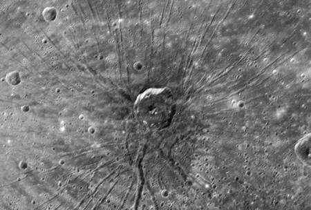 La caméra à angle étroit de l'imageur MDIS a photographié cette étrange structure. Rayonnant autour d'un cratère d'environ 40 kilomètres de diamètre, de longs sillons s'étendent sur plus de cent kilomètres. Les falaises bordant le cratère central pourrait être dues à des structures pré-existantes. Les rayons, eux, pourraient provenir du matériau emplissant le bassin Caloris, soufflé par l'impact. Cliquez pour agrandir. © Nasa/Johns Hopkins University Applied Physics Laboratory/Carnegie Institution of Washington