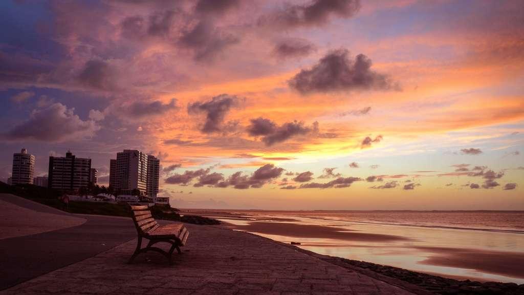 Soleil couchant sur la plage de São Marcos