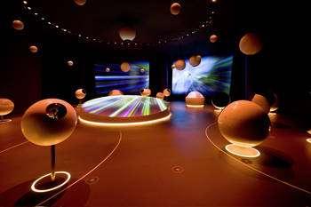 Vue de la nouvelle exposition permanente « Univers de particules » dans le Globe de la science et de l'innovation. © Michael Jungblut, Cern