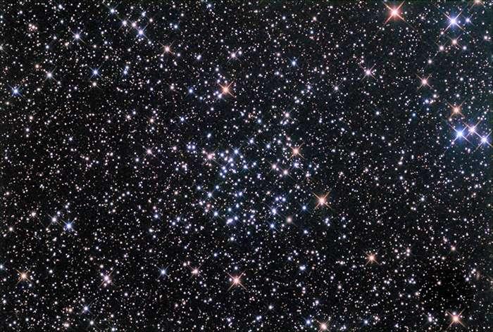NGC 6811 est un amas ouvert d'étoiles situé dans la constellation du Cygne. À environ 3.000 années-lumière du Soleil, il fait partie du champ d'étoiles observées par Kepler. © Anthony Ayiomamitis