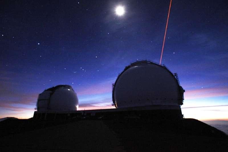 Une vue sous la Pleine Lune des deux dômes abritant les télescopes de l'observatoire W. M. Keck, à Mauna Kea (Hawaï). Ces deux instruments travaillant ensemble permettent de faire de l'interférométrie. Des faisceaux laser (l'un est visible sur la droite de l'image) sondent la turbulence de l'atmosphère pour, en temps réel, en compenser les effets par optique adaptative. © Keck Observatory