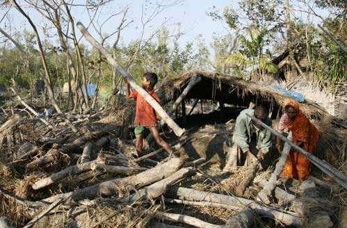 Camp de réfugiés climatiques au Bangladesh, l'un des pays les plus menacés par la montée des eaux. © Sabbir, Wikimedia domaine public