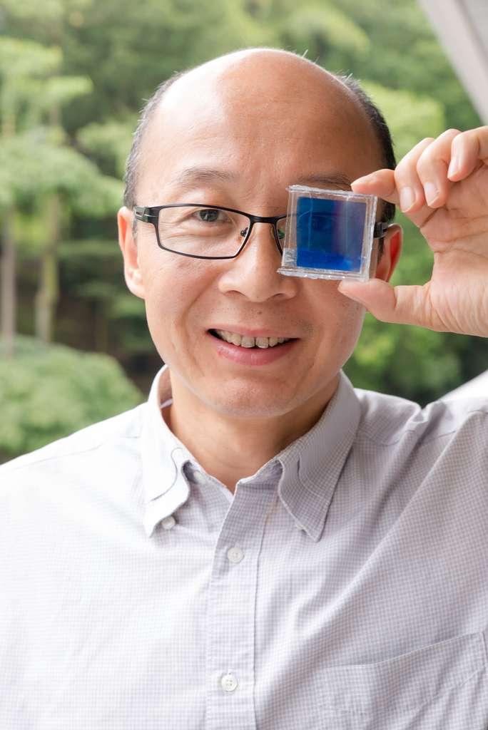 Le professeur Sun Xiaowei, chercheur à l'université de Nanyang, exhibe son prototype de vitre électrochromatique. Il espère désormais trouver des partenaires industriels pour pouvoir proposer une version commerciale. © Nanyang Technological University