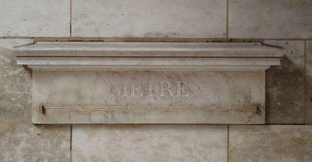 À la fin du XVIIIe siècle, 16 mètres étalons ont été installés dans Paris et ses alentours. Celui-ci, fait de marbre et de laiton, subsiste encore rue Vaugirard. © LPLT, Wikipedia, CC by-sa 3.0