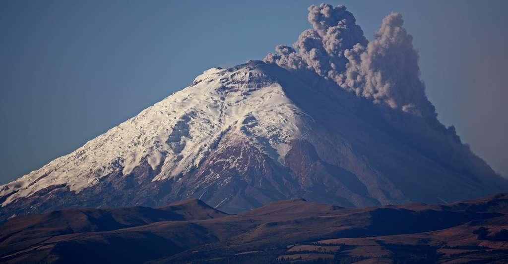 Le 14 août 2015, le Cotopaxi est entré en éruption. Culminant à 5897 m, il est l'un des volcans actifs les plus hauts du monde. Il est considéré par les volcanologues comme l'un des plus dangereux. ©IRD - Olivier Dangles