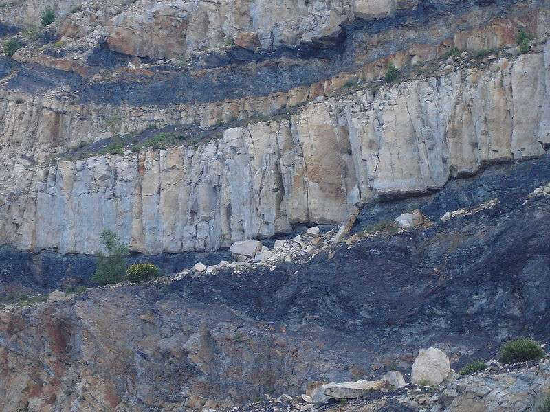 Affleurement de charbon à la carrière de Graissessac (Hérault). Du gaz, essentiellement du méthane, se forme naturellement et envahit les microfissures ou se maintient par adsorption. © PinPin, Wikimédia GFDL & CC by-sa 3.0