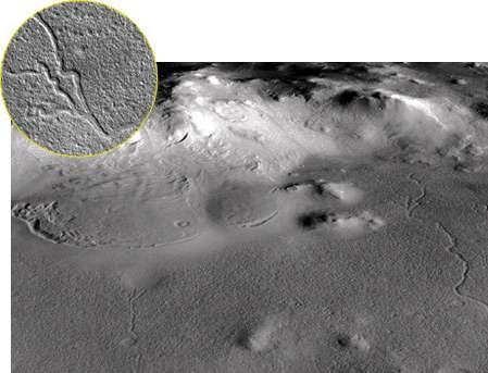 Vallée détectée sur le plancher du cratère Lyot (à droite de l'image). En médaillon : détail. Crédit : Nasa/JPL/Malin Space Science Systems