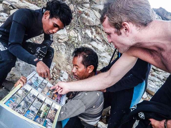 Le renforcement capacitaire des communautés locales passe par l'apprentissage de l'écologie marine. Ici, Martin apprend à Komang et Muslim comment reconnaître les différents types de coraux. © Guillaume Holzer, Coral Guardian, tous droits réservés