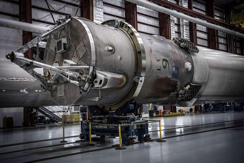 Gros plan sur la partie supérieure de l'étage principal du Falcon 9. © SpaceX