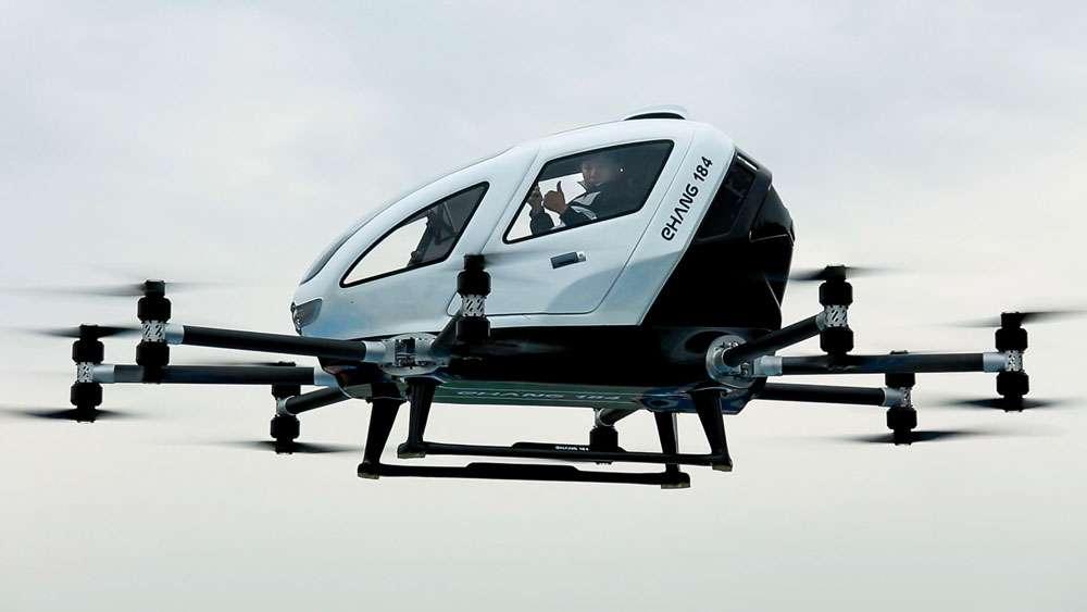 Le drone du Chinois Ehang s'apparente à un mini-hélicoptère propulsé par quatre rotors et se veut aussi simple d'emploi qu'un drone : le passager indique sa destination sur une tablette tactile et l'appareil effectue le trajet. © Ehang