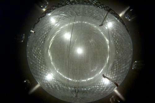 Fig. 11 - Le détecteur de neutrinos solaires BOREXINO (au LNGS) : les deux enveloppes sphériques gonflées; la plus intérieure devant recevoir le liquide scintillant milieu de détection des neutrinos.