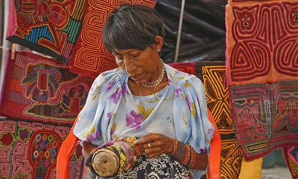 Femme Guna fabriquant des bracelets de cheville. © Antoine, tous droits réservés