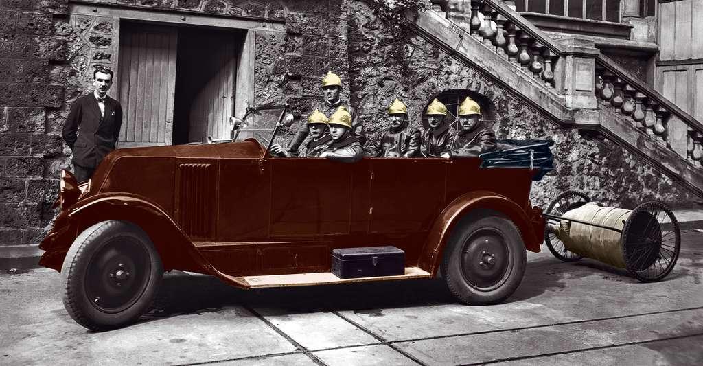 Groupe de pompiers avec voiture pompe (juillet 1932). Les pompiers de Meudon ont été les premiers à profiter des inventions mises au point sur le site et rendues nécessaires par les multiples incidents survenus dans les laboratoires. Office national des recherches scientifiques et industrielles et des inventions, Bellevue, Meudon. © CNRS Photothèque / Fonds historique