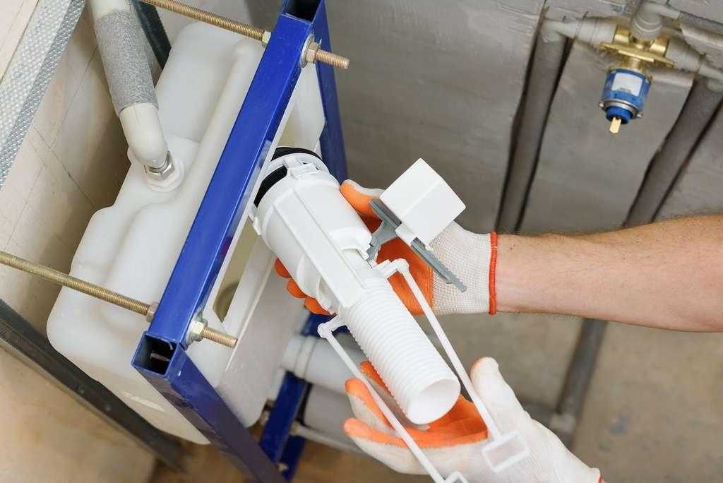 L'installation d'un WC suspendu peut être réalisée sans problème par un bricoleur. Toutefois, il est primordial de bien suivre les consignes du fabricant pour assembler tous les éléments. ©©yunava1 / Adobe Stock