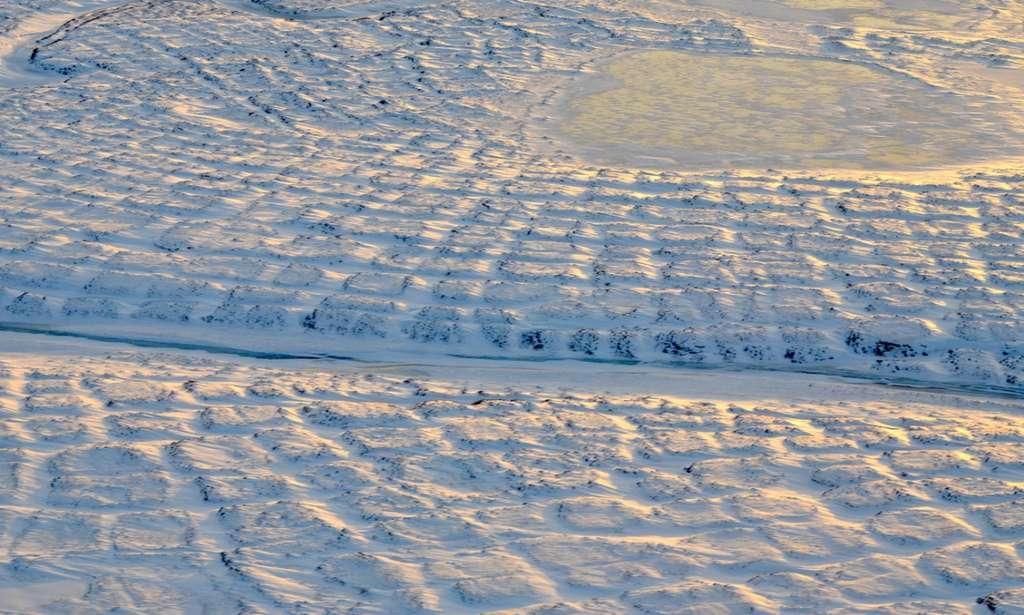 Polygones de toundra sur le versant nord de l'Alaska. Avec la fonte du pergélisol, cette zone est susceptible d'être une source de carbone atmosphérique avant 2100. © Nasa, JPL-Caltech, Charles Miller