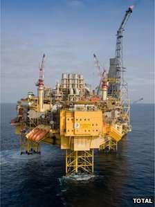 La plateforme Elgin, en mer du Nord, exploite un gisement de gaz naturel par 98 mètres de fond. D'autres installations se situent aux alentours. © Total