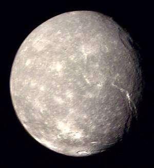 Titania, le plus grand satellite d'Uranus, photographié ici par la sonde Voyager. Crédits : Nasa / JPL