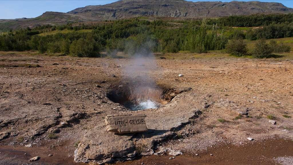 Le Litli Geysir, dans le champ géothermique de Geysir