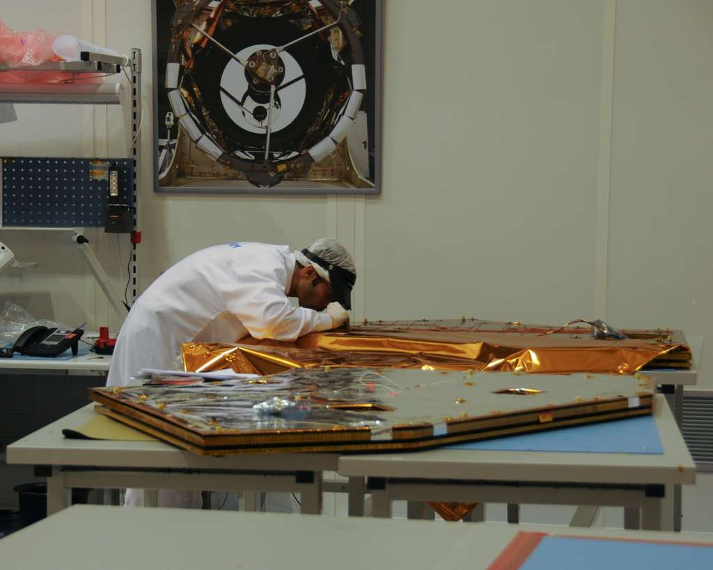 Ingénieur d'Astrium travaillant sur un des panneaux solaires de Gaia. © Rémy Decourt