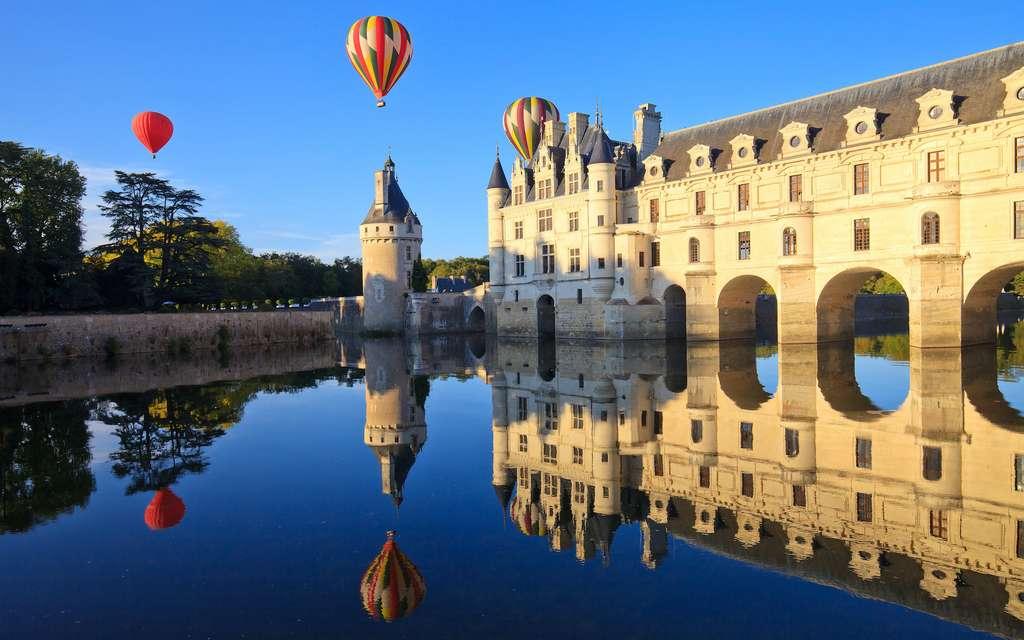 Des montgolfières au-dessus du château de Chenonceaux. © aterrom, Adobe Stock