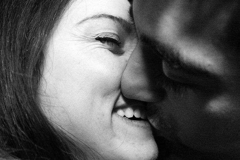 Le baiser est un comportement inné chez l'Homme, probablement lié à la tétée. Il est pourtant banni dans quelques rares ethnies, mais apprécié par la très grande majorité de l'humanité. © See-ming Lee, Wikipédia, cc by sa 2.0