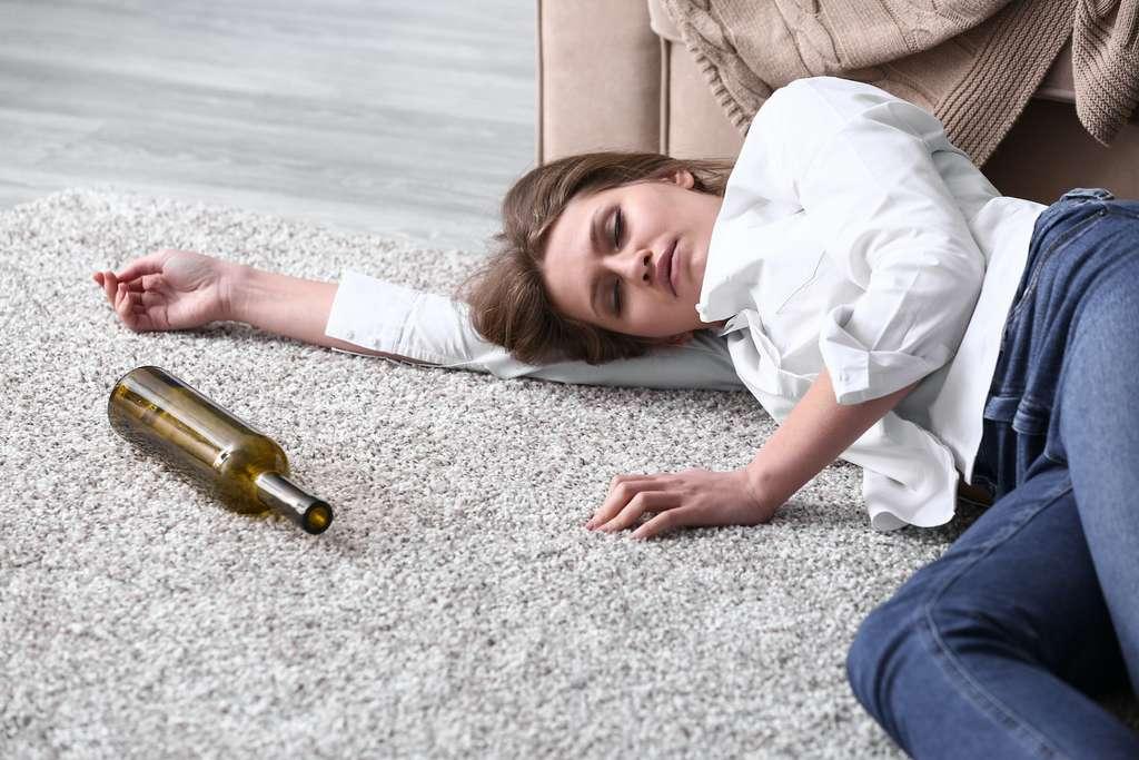 La tolérance à l'alcool varie grandement en fonction du sexe, de l'âge et d'autres facteurs individuels. L'intoxication est d'autant plus probable que l'alcool est consommé rapidement. © Pixel-Shot, Adobe Stock