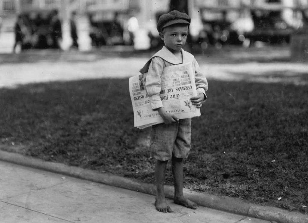 Jeune garçon vendeur de journaux : Ferris, sept ans ; Mobile, Alabama, USA. Photo Lewis Hine, 1914. © rarehistoricalphotos.com.