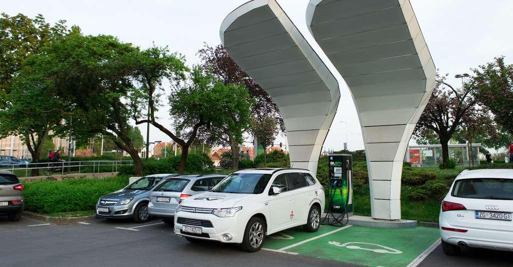 Des bornes de chargement pour véhicule électrique pourraient être directement reliées à des panneaux solaires installés en couverture des parkings. © scharfsinn86, Adobe Stock