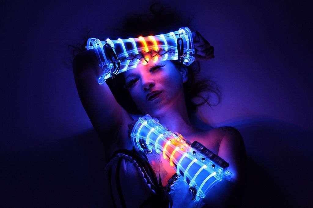 Costume en LED réalisé par Beo Beyond. © Beo Beyond, CC by-nc 3.0