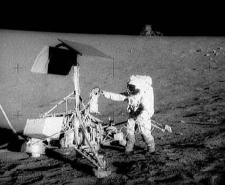 Surveyor 3 sur la Lune, visitée par les astronautes d'Apollo 12 un peu plus tard (ici Pete Conrad)... Crédit Nasa