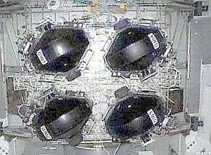 Le groupe des quatre gyroscopes de l'ISS est situé sur la poutre principale P6, à proximité du module américain Destiny