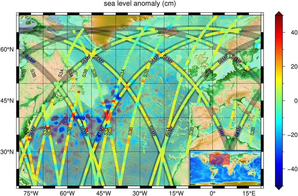 Mesures d'altimétrie satellitaire des variations du niveau de la mer, au nord de l'océan Atlantique, 13 juin 2021. Les fortes anomalies négatives (bleu) et positives (rouge) sont associées au Gulf Stream. Les données le long de la trace, issues des missions d'altimétrie actuelles, sont superposées sur une image modélisée des variations moyennes du niveau de la mer, telle que produite par le Service Copernicus de surveillance du milieu marin (CMEMS) le jour même. Les traces superposées correspondent aux mesures par la constellation d'altimétrie de Copernicus, tandis que les nouvelles données issues de Sentinelle-6 Michael Freilich sont indiquées en jaune. Ce dernier suit Jason-3 en orbite avec 30 secondes d'écart. Les missions sont abrégées comme suit : S6MF = Sentinel-6 Michael Freilich, S3A/B = Sentinelle-3A/B, J3 = Jason-3 (données non illustrées en raison de la phase d'exploitation en tandem avec S6MF). © Eumetsat