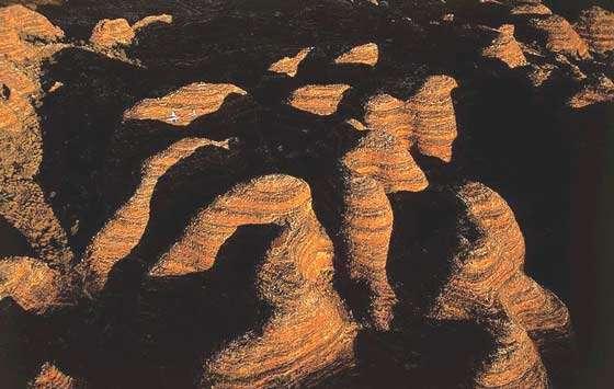 Parc national de Bungle Bungle, comté de Halls Creek, Kimberley, Australie (17°27' S - 128°35' E). Dans le nord-ouest australien, au cœur du parc national de Bungle Bungle, aussi appelé Purnilulu par les aborigènes, s'élève un ensemble de colonnes et de dômes sablonneux d'environ 100 m de haut, qui forment un labyrinthe de gorges sur près de 770 km². © Photo Yann Arthus-Bertrand - Tous droits réservés
