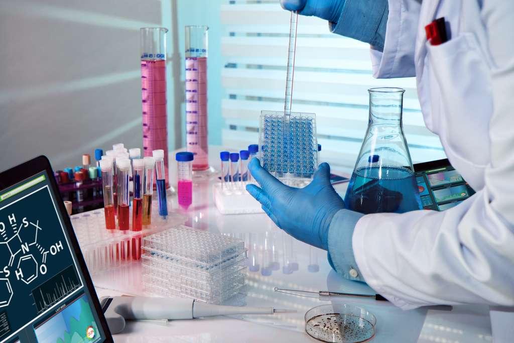 Un technicien de laboratoire réalisant une expérience en microplaque d'analyse. © angellodeco, Adobe Stock