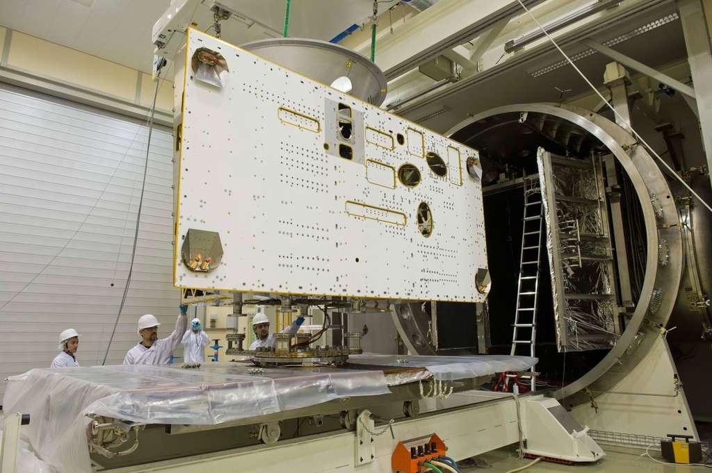 Entrée de l'orbiteur MPO dans Phenix, une chambre à vide profonde de 12 m pour un diamètre de 4,5 m. © Anneke Le Floc'h, Esa