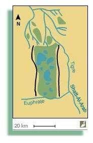 Simulation de la restauration des marais centraux (Irak). En vert, superficie possible des marais recrées. En noir : digues. Les surfaces qui seront réellement remises en eau dépendront des contraintes de salinité et de toxicité des sols, de la disponibilité en eau et des priorités des responsables. Les digues pourront être déplacées pour optimiser les flux. Source : ITAP / Iraq Foundation