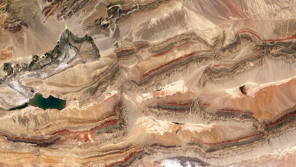 Les crêtes des monts Tian