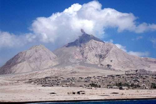 Le volcan Soufriere Hills, dans l'île de Montserrat aux Antilles, le 25 février 2010. Au premier plan, la ville de Plymouth, évacuée et recouverte par des dépôts de retombées de cendres, de nuées ardentes et de lahars. © J.-M. Bardintzeff
