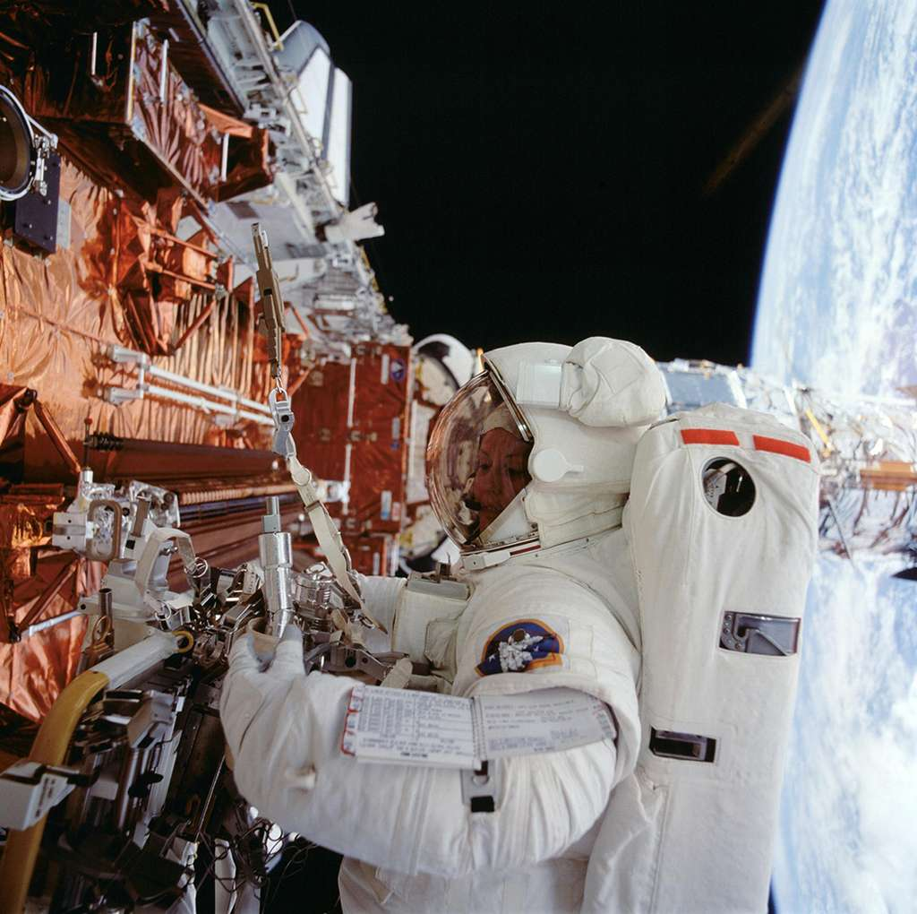 L'astronaute Kathryn Thornton alors qu'elle travaille sur le télescope spatial Hubble en 1993. © Nasa