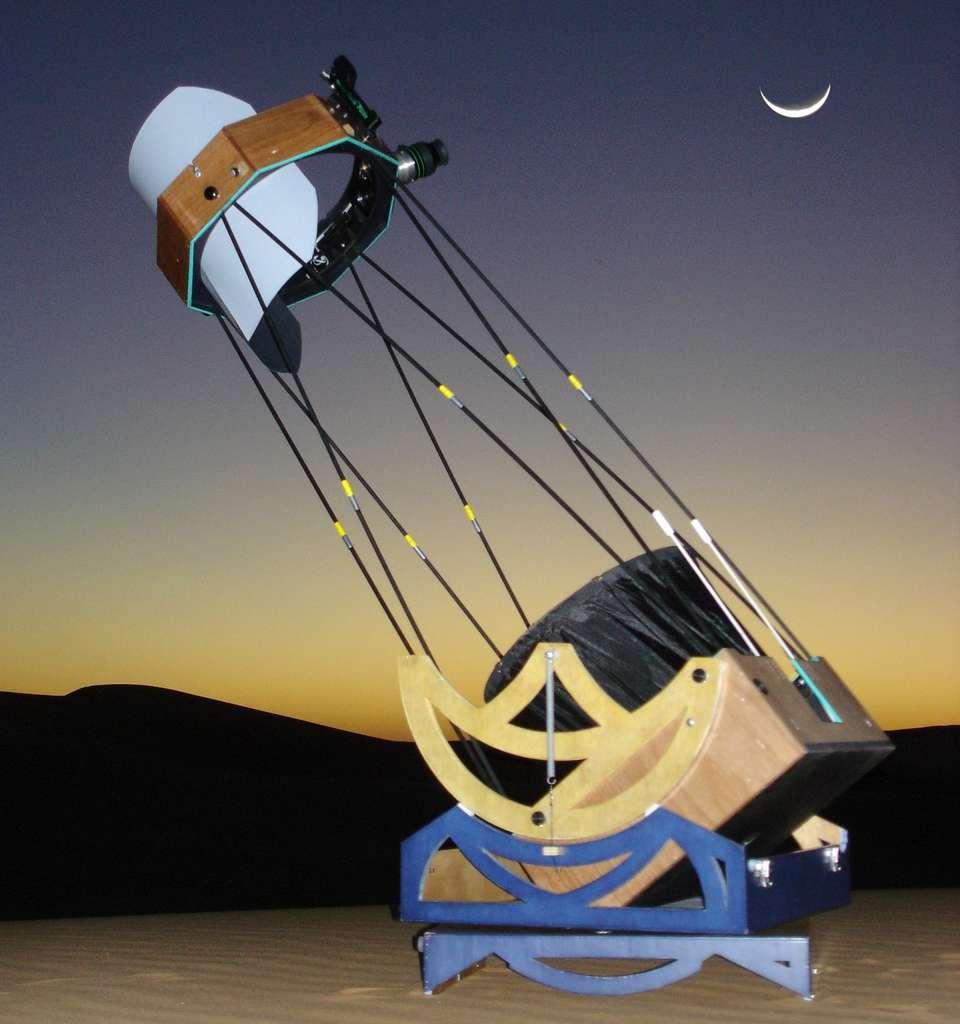Le Strock-250 dans le Sahara en 2006. Ce télescope de voyage a été conçu pour tenir dans une caisse aux dimensions d'un bagage de cabine d'avion. © P.Strock.